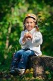 秋天女孩公园温暖毛线衣的小孩 库存图片