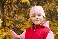 秋天女孩可爱的公园 免版税库存图片
