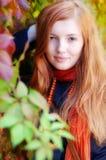 秋天女孩头发的纵向红色 库存图片