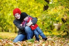 秋天女孩她的母亲小孩年轻人 图库摄影