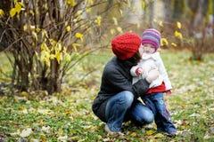 秋天女孩她的母亲小孩年轻人 免版税库存照片