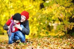 秋天女孩她的母亲小孩年轻人 免版税图库摄影