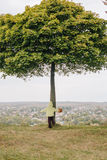秋天女孩少许公园 在结构树下 免版税库存照片