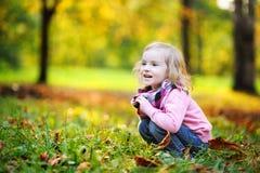 秋天女孩少许公园 免版税库存图片