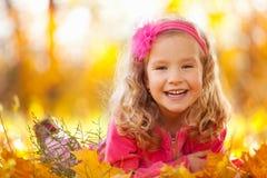 秋天女孩愉快的公园 免版税图库摄影
