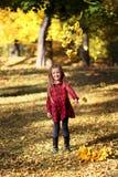 秋天女孩留给一点橙色室外 室外 免版税库存照片