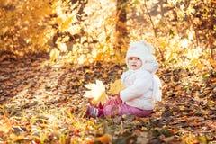 秋天女孩留给一点橙色室外 免版税库存图片