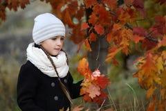 秋天女孩留给一点橙色室外 免版税图库摄影