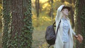 秋天妇女在秋季公园 无忧无虑的妇女 年轻花姑娘室外大气时尚照片在秋天 影视素材