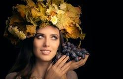 秋天妇女秀丽画象用葡萄 库存图片