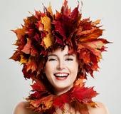 秋天妇女笑 秋天槭树叶子花圈 免版税库存照片