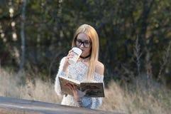 秋天妇女饮用的咖啡 少妇的秋天概念 库存照片
