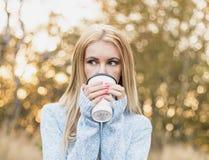 秋天妇女饮用的咖啡 秋天概念 库存照片