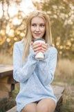 秋天妇女饮用的咖啡 秋天概念 库存图片