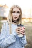 秋天妇女饮用的咖啡 秋天概念 图库摄影
