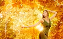 秋天妇女,愉快的时装模特儿黄色森林,女孩秋天叶子 免版税库存照片