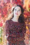 秋天妇女画象有红色秋天花圈的在 库存图片