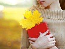 秋天季节、人们和读书概念 有书的妇女 免版税图库摄影