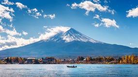 秋天季节和山在Kawaguchiko湖,日本的富士 免版税库存图片