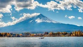 秋天季节和山在Kawaguchiko湖,日本的富士 库存图片