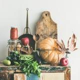 秋天季节性食品成分和厨房器物,方形的庄稼 库存图片