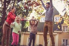 秋天季节是戏剧的乐趣与父母 免版税库存照片
