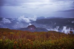 秋天季节留下在昭和shinzan vulcano hokka上的颜色变化 免版税库存照片
