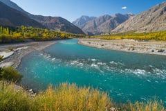 秋天季节的,喀喇昆仑山脉范围, Pakist美丽的Ghizer河 免版税库存照片