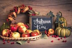 秋天安排用苹果,文本 免版税库存图片
