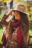 秋天室外时尚的妇女 图库摄影