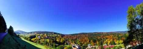 秋天小山美好的宽全景  免版税库存图片
