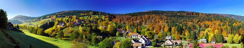 秋天小山美好的宽全景  库存图片