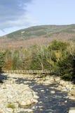 秋天小河在克劳福德山谷新罕布什尔,新英格兰白色山的国家公园  免版税库存图片