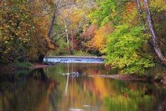 秋天小河 库存图片