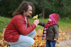 秋天小父亲女孩他的公园 图库摄影