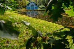 秋天小船的森林客舱在运河向一个池塘在公园 免版税图库摄影