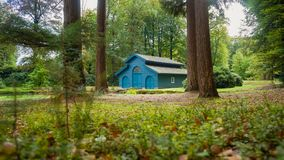 秋天小船的森林房子在森林 免版税库存图片