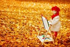 秋天小艺术家绘画秋天黄色叶子,创造性的孩子 图库摄影