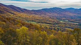 秋天山和鹅小河谷的看法 免版税库存图片
