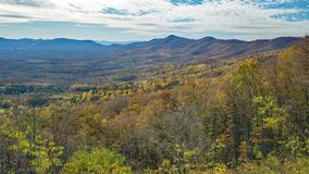 秋天山和鹅小河谷- 2的看法 图库摄影