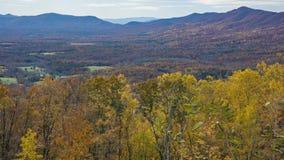 秋天山和鹅小河谷- 3的看法 库存照片