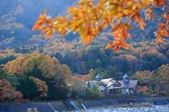 秋天山的温泉城 免版税库存图片