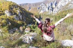 秋天山的年轻游人妇女与开放胳膊 免版税库存图片