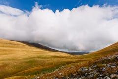 秋天山 在山的低云 大云彩白色 免版税库存照片