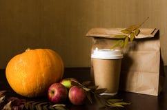 秋天工作午餐、静物画用南瓜,苹果和叶子 库存图片