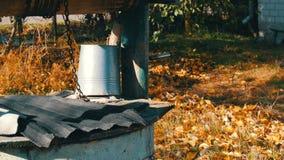 秋天庭院有下落的叶子的和很好有一个被倒置的折叠的桶的 股票视频