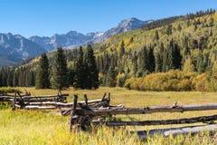 秋天开始在科罗拉多` s圣胡安山的 库存照片