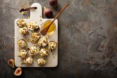 秋天开胃菜用无花果、希腊白软干酪和核桃 库存照片