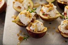 秋天开胃菜用无花果、希腊白软干酪和核桃 库存图片