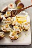 秋天开胃菜用无花果、希腊白软干酪和核桃 免版税库存照片